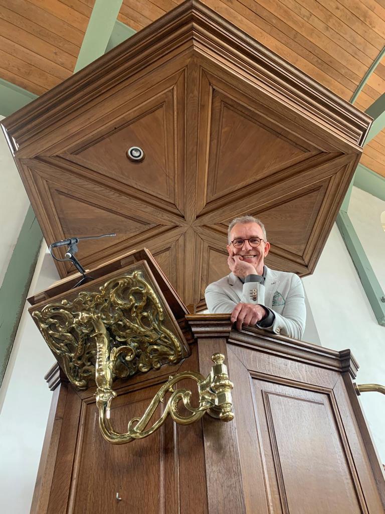 Ernest op de preekstoel